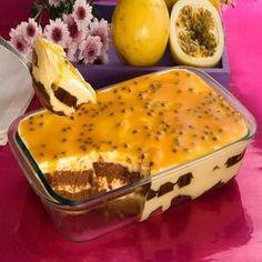 Torta de chocolate com nousse de maracujá.