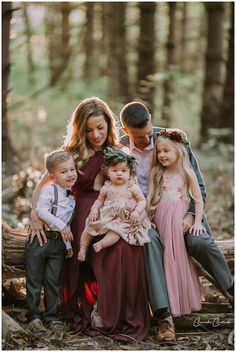 Family photos in the woods! Fall Family Outfits, Family Portrait Outfits, Family Portrait Poses, Family Picture Poses, Family Picture Outfits, Family Posing, Picture Ideas, Photo Ideas, Summer Family Photos