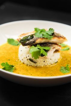 This very simple herbal curry with sea bass and lemon rice is very balanced, healthy, aromatic and ready in just 45 minutes. Fish Dishes, Seafood Dishes, Seafood Recipes, Cooking Recipes, Healthy Recipes, Main Dishes, Seafood Curry Recipe, Curry Recipes, Sea Bass Fillet Recipes