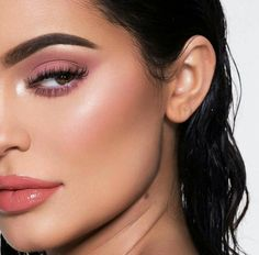The life of Kylie Cosmetics: Kylie Jenner doesn't turn 20 until August but the make-up collection she created for her birthday is already sold out, just 24 hours after it launched Mode Kylie Jenner, Trajes Kylie Jenner, Kylie Jenner Lipstick, Kylie Jenner Makeup, Kylie Jenner Photoshoot, Makeup Inspo, Makeup Inspiration, Beauty Makeup, Hair Makeup