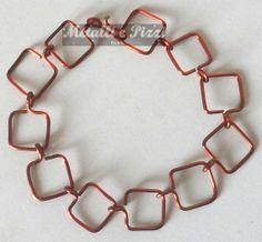 Questo braccialetto, rame o alluminio colorato, è lavorato interamente a mano da un esperto in materia.  Il modello a rete è semplice e disponibile in vari colori e modelli. Per ulteriori informazioni, si prega di contattare me.