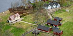 Askan efter Ikeagrundaren Ingvar Kamprad ska spridas där han levde sina sista år. På Bölsö strax utanför Liatorp. Liatorp, Golf Courses