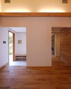 森を望む家は玄関扉をあけて室内に入ると右手は森を望むリビング正面はシューズクローゼットがあります 家族用玄関でもあるシューズクローゼットから直接プライベートスペースに入れますし家族用玄関の横に子ども部屋があるのでランドセルや持ち物もすぐ片付けられます . 働く母だけでなく小さいお子さんがいるご家庭も介護が必要であるご家庭もどうにもこうにも家事が苦手な方もできるだけ片付けは楽にしたいですよね . そのポイントはやはり片づけやすくうまく隠せることだと思います . シューズクロゼットはこの写真の中央壁部分にあります写真を撮っている空間はリビングなのですが家族が過ごす場所来客がある場所リラックスしたい場所からは片付けるものが見えないようにしてあります . 作業をする場所動作の起点となる場所にはオープンな収納をくつろぐ場所には隠せる収納をつくると片付けも楽になりいつもスッキリした暮らしができますよ