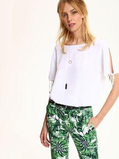 Bluzka damska biała, zielona  - bluzka krótki rękaw - TOP SECRET. SBK2243 Świetna jakość, rewelacyjna cena, modny krój. Idealnie podkreśli atuty Twojej figury. Obejrzyj też inne bluzki tej marki.