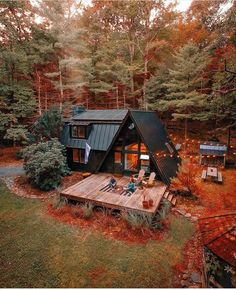 The fall colors are starting to creep into the Northeast, and I couldn't be more excited.🤩 By Cabin… Tiny House Cabin, Tiny House Design, Cabin Homes, Cabins In The Woods, House In The Woods, Style At Home, Deco House, A Frame House Plans, Casas Containers