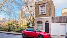 A tiny house in London has sold for 700K wich was £100,000 more than the asking price.