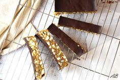 Batoane raw vegane cu caramel - Home is where you cook Caramel, Cooking, Sticky Toffee, Kitchen, Candy, Brewing, Cuisine, Cook, Fudge