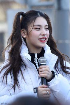 ITZY (있지) is JYP's new girl group. The members consist of Yeji, Lia, Ryujin, Chaeryeong and Yuna. Maria Theresa, Girls Gallery, Soyeon, Chanbaek, New Girl, Korean Girl Groups, World Of Fashion, Kpop Girls, Asian Girl