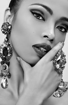Portrait - Close-up - Fashion - Jewels - Jewelry - Black and White - Photography - Pose