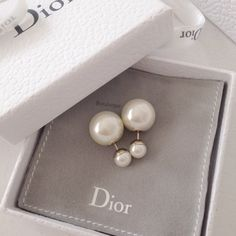 Double sided earrings by Dior Pearl Jewelry, Jewelry Box, Jewelry Accessories, Fashion Accessories, Skull Jewelry, Hippie Jewelry, Fashion Jewellery, Jewlery, How To Have Style