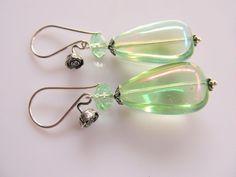 Oorbellen Oil Spring Pastel Green olie lichtgroene glasdruppel met facet rondel kristalglas en roos oorhaak. geheel zilver. www.doloressieraden.nl
