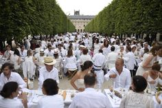 Dinner in white: Thousands attend Paris 'chic picnic' - Yahoo News