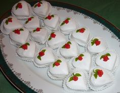 Na Valentina - Autor: Boyle Heart Shaped Cookies, Small Cake, How Sweet Eats, Confectionery, Mini Cakes, Afternoon Tea, Food Hacks, Amazing Cakes, Cookie Decorating