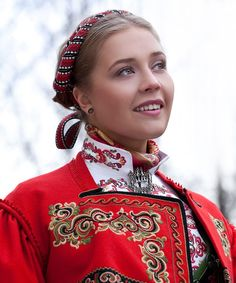 Idea - Scandinavian folk dress with modern twist clothing line Folk Fashion, Ethnic Fashion, Norwegian Clothing, German Folk, Scandinavian Folk Art, Frozen Costume, Folk Clothing, We Are The World, Folk Costume