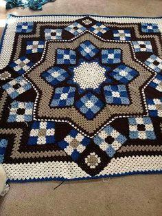 Lindo tapete de crochê em mosaicos
