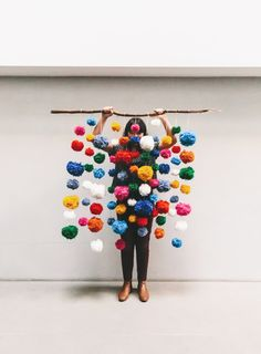 How colorful and happy would this be on your wall? Just some yarn + a good stick. Birthday Party Venues, Birthday Backdrop, Diy Backdrop, Backdrops, Pom Pom Garland, Balloon Garland, Tassel Garland, Pom Poms, Alternative Wedding Decorations