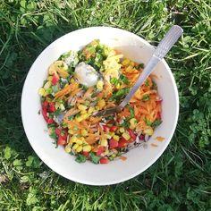 Doza de imunitate (de weekend) 💚 .  #salatacolorata cu lămâie, semințe de floarea soarelui și sardine. (vitamine, zinc, acizi grași esențiali). Brici și pentru piele👌 .  #grădinarit -  rozmarinul într-un strat cu mazăre, ceapa verde, măcriș și niște flori perene. Fără mănuși, cu protecție solară - Senin unt protector pentru față. Mâinile uscate le-am înmuiat și oblojit cu untul Mușețel, dar ar fi mers orice alifie 🏺 .  #timppentrumine : liniște cât sa se audă  albine la caisul inflorit 🐝…
