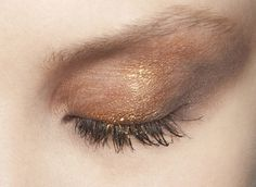 Shimmering gold — eye shadow inspiration
