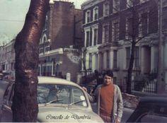 Manolo do Catacó posando xunta un coche na emigración, en Londres. Cedida por Ezaro.com