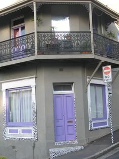 un designer italien , c est fait faire une maison dans la rue .... la quelle??? ps: maisons juste en desous de chez loic....