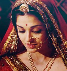 While Aishwarya wasn't wearing the traditional Poshaaks in Jodha Akbar, she did sport some traditional Rajputi jewellery. Check out her fabulous nath and rakhdi <3
