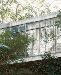 Interesting series of pictures shot by Berlin photographer Alexander Gnädinger of Lina Bo Bardi's Glass House.
