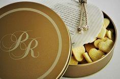 Lembrança para os padrinhos, latas personalizadas com o monograma dos noivos.  Dentro dela, deliciosos biscoitos amanteigados e uma linda mensagem personalizada em papel vegetal.