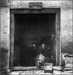 Ο Δημήτρης Χαρισιάδης γόνος αστικής οικογένειας καπνεμπόρων, γεννήθηκε στην Καβάλα το 1911. Σπούδασε Χημεία στη Λωζάνη, το ενδιαφέρον του ό... Greek Town, Athens, Great Artists, Old World, Old Photos, Greece, In This Moment, Black And White, Pictures