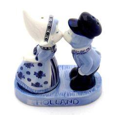 PEPER-EN-ZOUTSTEL DELFTS BLAUW KUSSEND PAARTJE op PLATEAU 11 CM - Peper en zout - Holland Souvenir Shop