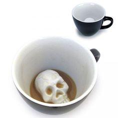 une tasse originale qui laisse apparaitre au fond un crane tête de mort.