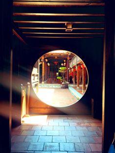 """昔南京にいた女 on Twitter: """"中国の庭園やお家のこういうの好きなんだけど、こいつの名前は何?なんと表現したらいいの?扉?壁?通路?穴?… """" Moon Gate, Chinese Architecture, Location History, Mirror, Outdoor, Twitter, Vehicle, Garden, Outdoors"""