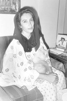Benazir Bhutto. Assassinata nel 2007 è stata la più giovane e la prima donna capo di governo in un paese musulmano nell'era moderna, il Pakistan. #laeffe