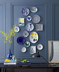 10 Practical Tips for Hanging Plates on the Wall - Unique Balcony & Garden Decoration and Easy DIY Ideas Teller An Der Wand, Plate Wall Decor, Wall Plates, Hanging Plates On Wall, Wall Hangings, Blue Dinnerware, Plate Display, Plate Art, Cake Plate