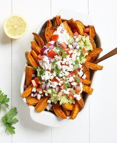 Zoete Aardappel Nacho's met Guacamole en Feta - Ben jij ook zo gek op nacho's? Maak eens deze nacho-frietjes met guacamole en feta, super lekker! Het perfecte comfort-food voor het weekend!