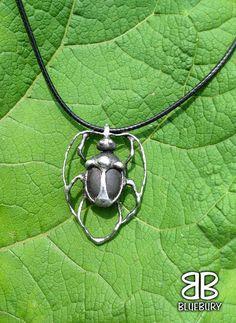 Brouk - cínovaný šperk - neznámý kámen z pole. Foceno na lopuchu.