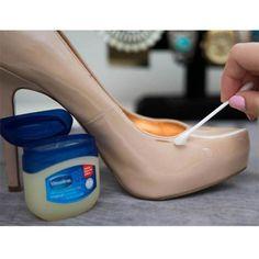 Rozaduras: Si tus zapatos tienen pequeñas rozaduras, arréglalos con bastoncillos y vaselina o también, con toallitas húmedas de bebé.