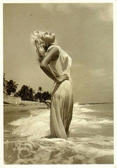 🚫Have seen this SO many time--This is NOT Marilyn Monroe! This evocative Greek goddess image is frequently thought to be Marilyn. It is Sandy Fulton, photographed by the famed Bunny Yeager and appears in the book Bikini Girls Of The Not Marilyn Monroe Classic Hollywood, Old Hollywood, Hollywood Style, Hollywood Glamour, Fotos Marilyn Monroe, Marylin Monroe Style, Marilyn Monroe Wallpaper, Young Marilyn Monroe, Norma Jean Marilyn Monroe