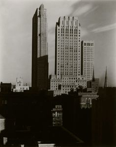 Alfred Stieglitz - New York from The Shelton, 1935 New York Photography, History Of Photography, Photography Gallery, Street Photography, Urban Photography, Alfred Stieglitz, Classic Photographers, York Art Gallery, Lewis Hine