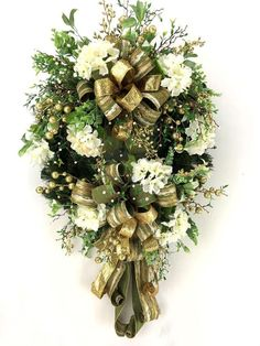 Elegant Christmas Wreath with Gold and Cream Ribbon and Fluffy Hydrangeas for Front Door #christmasdecor #wreath #homedecor #christmas #gold