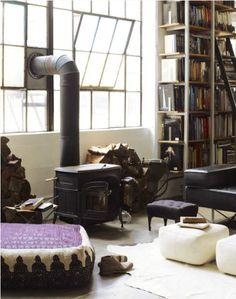 kachel en boekenkast