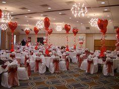 Centros de mesa con globos metalizados en forma de corazón.
