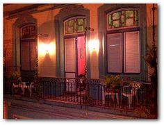 Detalle de la fachada con balcón.