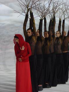 Philomela et Chorus se baladent en prologue Set Design Theatre, Stage Design, Poesia Visual, Theatre Stage, Theatre Costumes, Scenic Design, Modern Dance, Shows, Color Photography