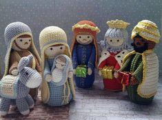 Presépio Sagrada Família + Três Reis Magos - Conjunto no Elo7   Atelier Bella Sissi (B99692) Crochet Christmas Decorations, Christmas Crochet Patterns, Christmas Knitting, Crochet Crafts, Crochet Dolls, Knit Crochet, Amigurumi Patterns, Amigurumi Doll, Nativity Crafts