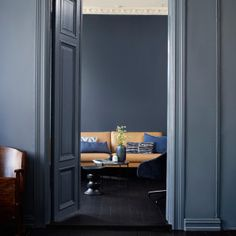 Mangler du inspiration til fornyelsen af dit hjem? Blue Wall Colors, Wall Paint Colors, Colours, Best Bedroom Colors, Colour Architecture, Deco Blue, Living Room Colors, Blue Walls, Interior Inspiration