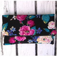 The Zippy Clutch – PDF Sewing Pattern by Ali Foster + Zippers Made Easy – Free Video Tutorial by allpeoplequilt  Sew this classy fold over clutch purse in an afternoon. #sewing