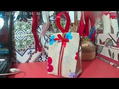 Monedero super facil - YouTube Gifts, Videos, Scrappy Quilts, Zipper Pouch, Sew Gifts, Sewing Patterns Bags, Handbag Organizer, Painted Vases, Kids Backpacks