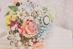 Hääkimppu rintaneuloista Crown, Jewelry, Jewellery Making, Jewerly, Jewelery, Jewels, Jewlery, Crowns, Corona