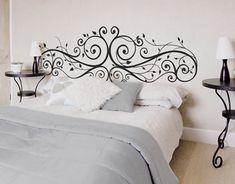 o espelho da cama é um adesivo de parede.