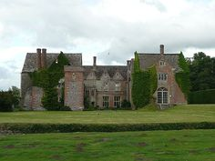 Littlecote House - Wikipedia Elizabethan country house in Wiltshire British Architecture, Beautiful Architecture, Family Tree Research, Tudor Era, Tudor Style, Castle Pictures, English Manor Houses, Castles In England, Tower House